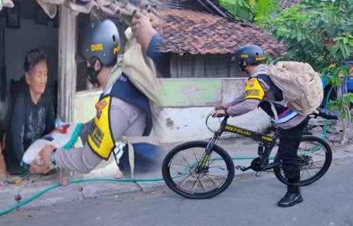 Polisi Bersepeda Bagikan Sembako di Banyuwangi