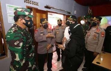 Kapolri dan Panglima TNI Tinjau Vaksinasi Massal dan Pos Penyekatan