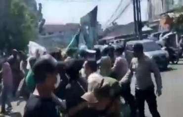 Polisi Bubarkan Aksi Unjuk Rasa saat PPKM Level 4 di Tangsel